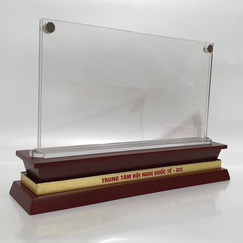 Biển chức danh mica đế gỗ 5mm có ốc